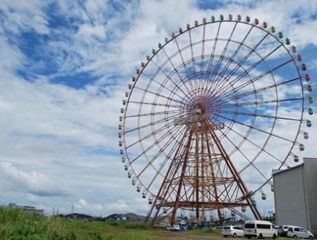 かつて世界一の高さを誇った高さ108メートルの大観覧車「イーゴス108」。雨上がりの空に映える虹色のゴンドラから琵琶湖大橋(左下)を望む