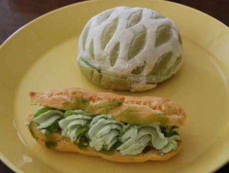 「メロンパン」は網目状のパイ生地をかぶせたパンに、草津メロンを使用した果汁入りゼリーとホイップクリームが挟まれている「エクレア」はエクレア生地にメロン風味のホイップクリームとカスタードクリームをしぼり、草津メロンを使用したソースがかけられている。
