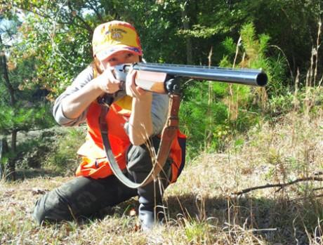 銃を構える「猟ガール」齊田由紀子さん