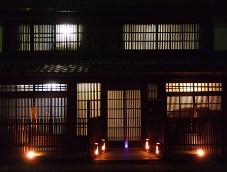 普段はひっそりとした大津のまちなかの夜も格子から漏れる明かりや「手づくりアート灯り」で一層風情が漂う