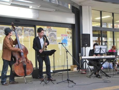 大津駅前でも開かれたジャズ演奏。ゲスト出演の「Moment Jazz Trio」。北米の国際ジャズフェスに日本代表での出演も