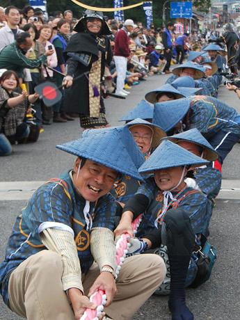 引き分けの試合時の西軍・綱武士頭の川本勇さん。かなたには京都への道が続く