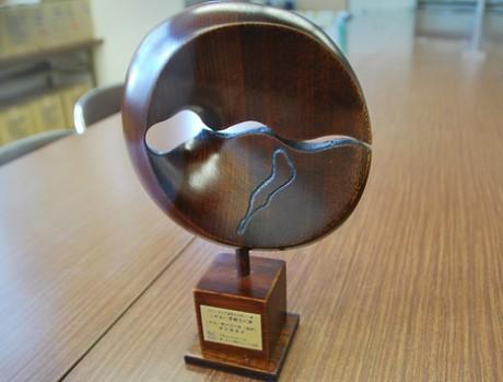 成安造形大学教授で彫刻家の富樫実さん製作のトロフィー