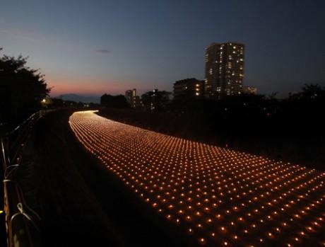 草津の天井川(旧草津川)沿いに1万灯のろうそくのあかりをともす「あかり銀河」昨年の模様