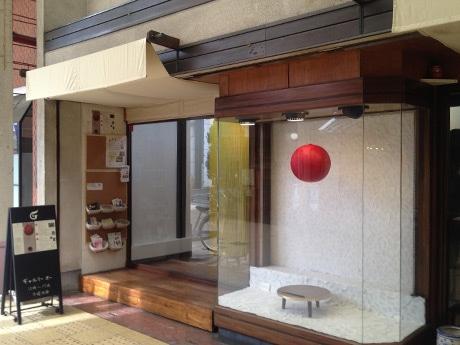 ギャラリー入り口の横には「食」をテーマにした作品のひとつが展示