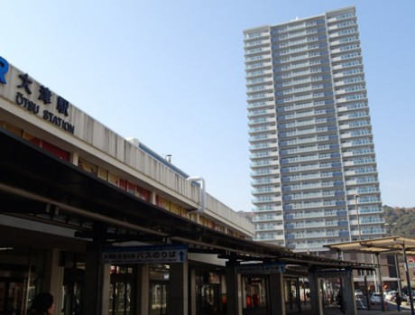 大津駅から見上げる「ココラス大津」。1階はコンビニ・飲食店・薬局、2階は内科医院で歯科も開院予定。3階から29階までは共同住宅となっている