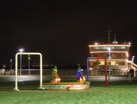 大津港から出港する「ビアンカ」。びわ湖大津湖上イルミネーションを背景に