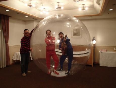 ウオーターボールの中で「なんでだろver.」で歌い、踊っているテツandトモさんと御舩さん(左)
