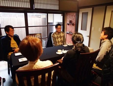 1月19日に開かれた哲学カフェの模様。山本和則さん(右端)が進行役として話の流れを整理する役割を担う