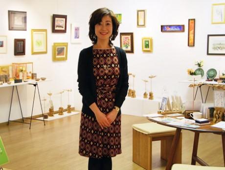「地元の人に愛される文化的施設に」と同ギャラリーを任され9年目を迎えた副代表の内田真由子さん。現在は東京・銀座のギャラリーも経営しているが「外から滋賀を見ていいなと思った。この展示はびわ湖を擁する心豊かな滋賀でしかできない」とも