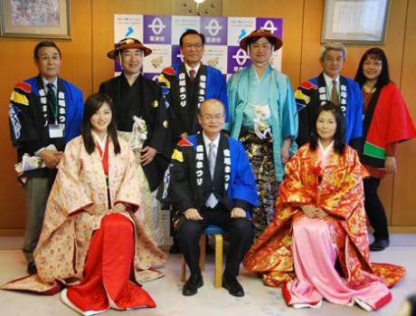 橋川渉草津市長を表敬訪問した「篤姫」役などの時代行列の主要キャストと実行委員