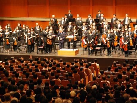 尾高忠明さん指揮の大阪フィルハーモニー交響楽団の演奏後、大拍手に応える様子