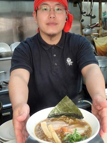 幻の中華そば加藤屋 県庁前もり~んの章店主の森本雄大さんと、おすすめのカツオと鶏のだしであっさり味の幻の中華そば「まぼちゅ~」