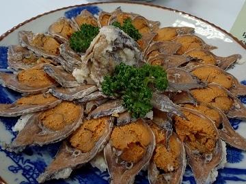 「琵琶湖八珍」の「ふなずし」は、フナを米で包んで発酵させた「珍味」として代表的な名産