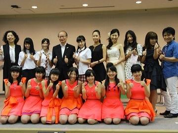 委嘱式に出席した「KUSATU BOOSTERS 2014」のメンバーと橋川渉草津市長