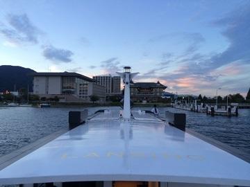 夕日に染まるびわ湖を渡り、びわ湖大津館のビアテラスへ向かう琵琶湖汽船のランシング号。乗船時にも1ドリンクが手渡され、到着までに酔っ払ってしまう人も