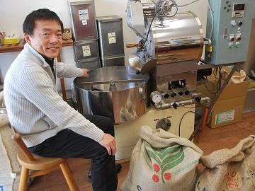 「コーヒーは焙煎で決まる」と焙煎機に向かう「カフェバード」店主の南さん。滋賀でのカフェ開店プロジェクトも手掛ける