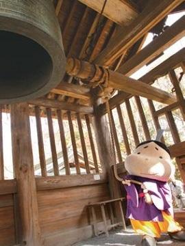 近江八景の一つ「三井の晩鐘」を突く大津市観光キャラクターのおおつ光ルくん。三井寺に誕生したキャラクター・べんべんとの協力も期待される