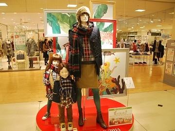 マネキンも親子の姿。ディスプレーも白樺や森の動物など北欧モチーフに。クリスマスを意識したコーディネート