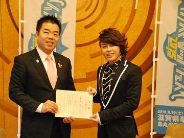 三日月大造滋賀県知事へ寄付金目録を贈呈する西川貴教さん。西川さんが「びわ湖畔の景観を大切にしながら、統一感を持たせた開発をしては」と提案するなど滋賀の構想を語り合った。滋賀で育った同年代同志で「故郷が元気であってほしい」と共感も