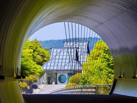 トンネルから望むミホミュージアムの美術館棟