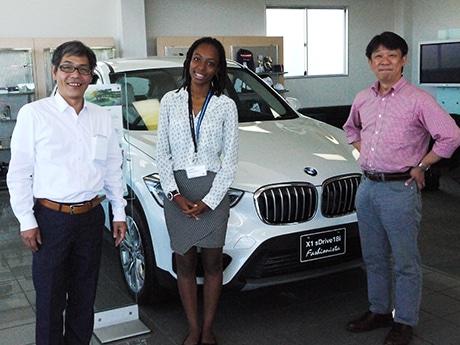 イベントを企画するスタッフ。(左から)SHIGA BMW村田社長、フランス領マルティニークからのインターンシップ生メリッサさん、イベントプロデューサーの鶴野さん