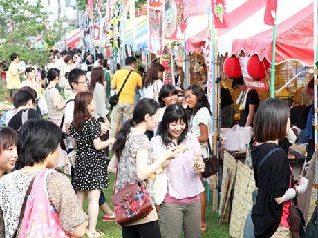 近江牛や近江鶏、シジミや近江茶など滋賀県のグルメ屋台26店が並ぶ