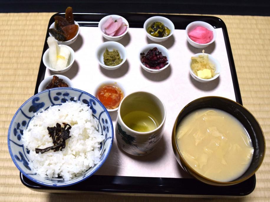 お茶漬け膳。長等漬け、日の菜漬けなどの漬物と共に食べる