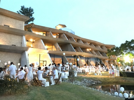 レイクサイドのホテルは、サンセットタイムからALL WHITEに包まれた