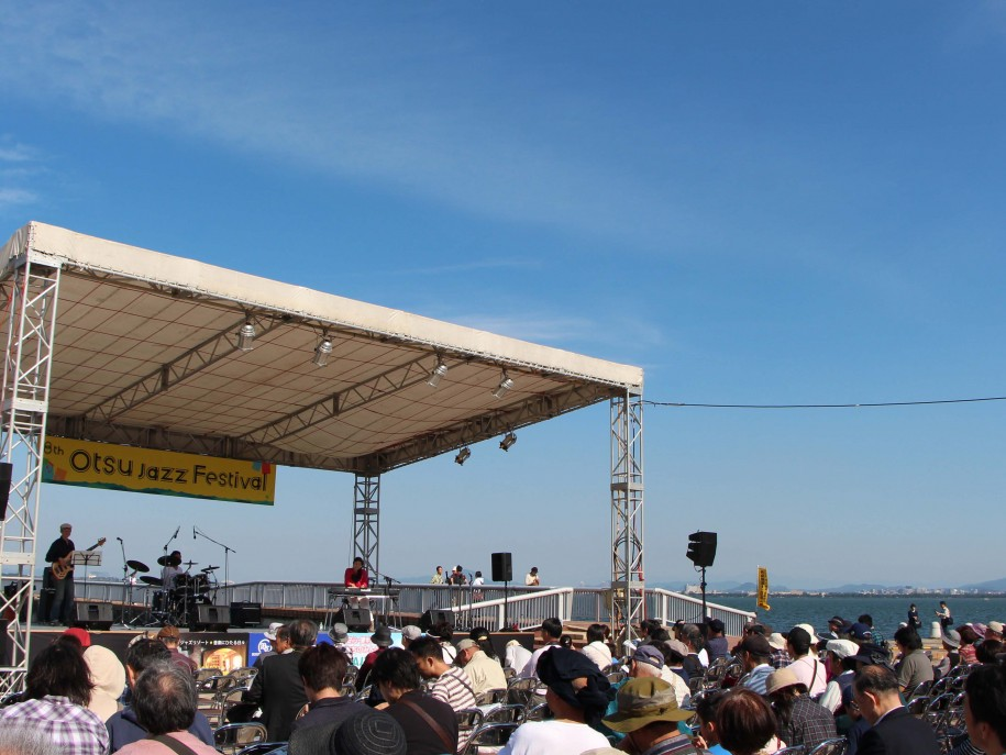 昨年の様子 琵琶湖岸の特設会場でジャズを楽しんだ