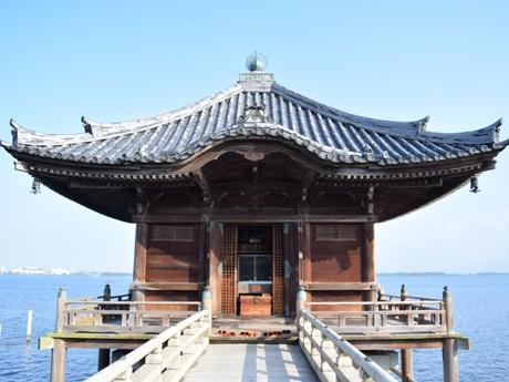 琵琶湖上に立つ浮御堂