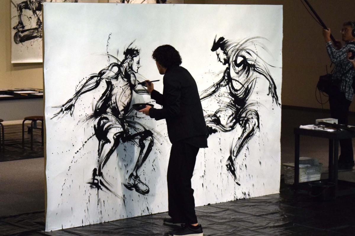 草津で西元祐貴さん墨絵展 小中学生の前でライブペインティングも