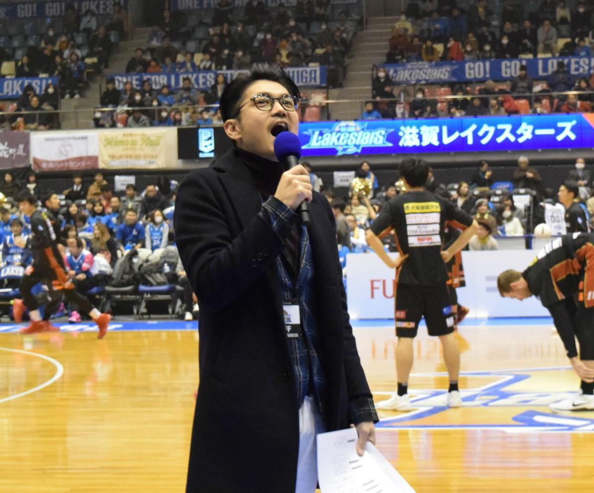 試合開始前に応援練習をする仙石幸一さん