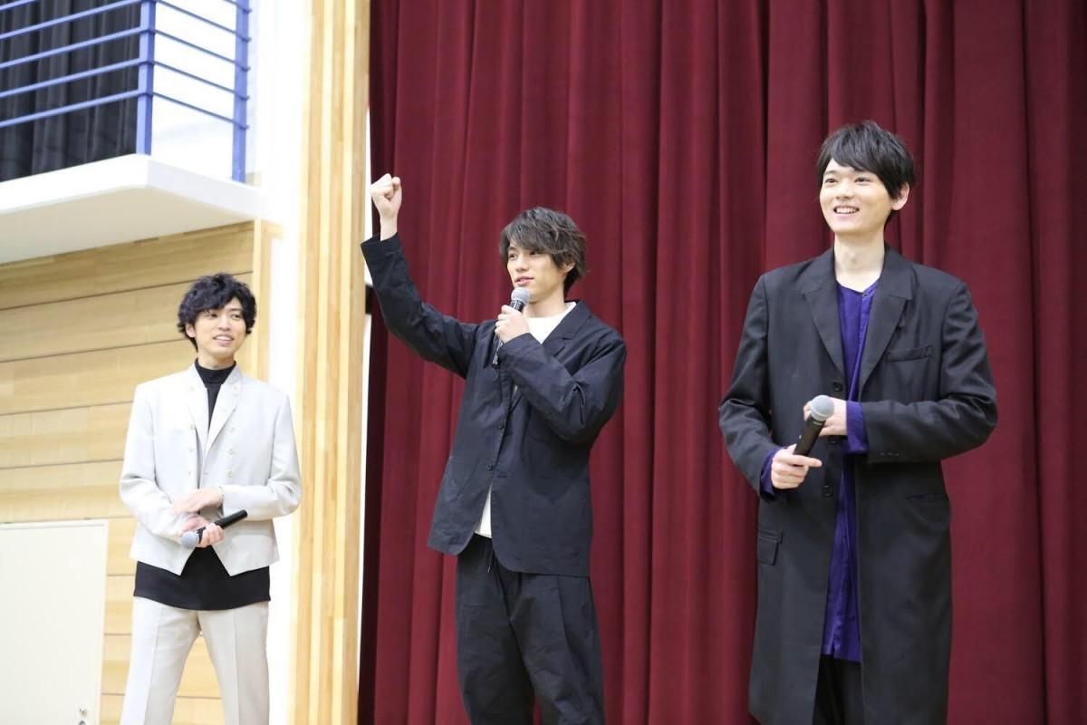 高校にサプライズで登場した福士さん、古川さん、桐山さん ©2018映画「曇天に笑う」製作委員会 ©唐々煙マッグガーデン