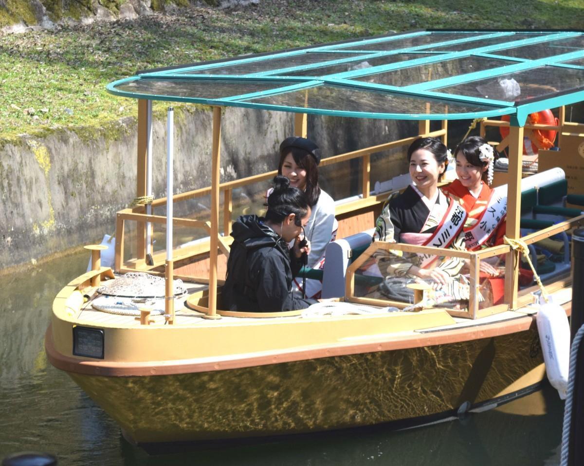 琵琶湖疎水船に乗るびわ湖大津観光大使の伊藤佑莉さん、京都ミスきものの桑原彩さん、ミス小野小町の米岡那夏子さん