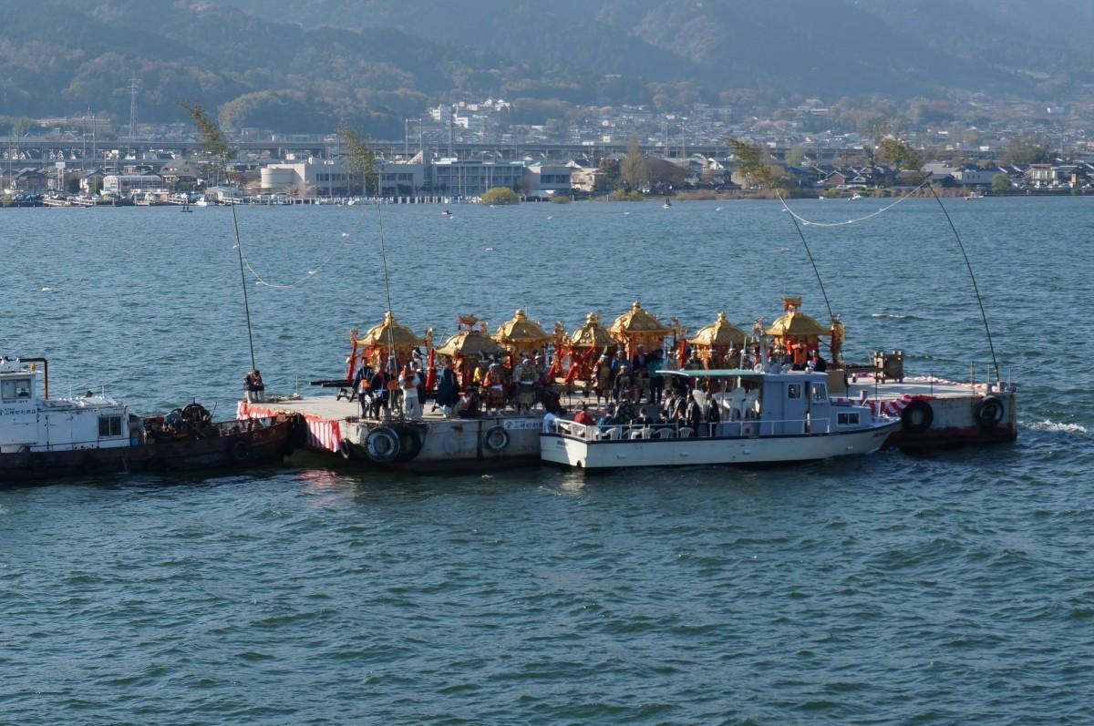みこしを船に載せて琵琶湖を渡る「船渡御(ふなとぎょ)」の様子