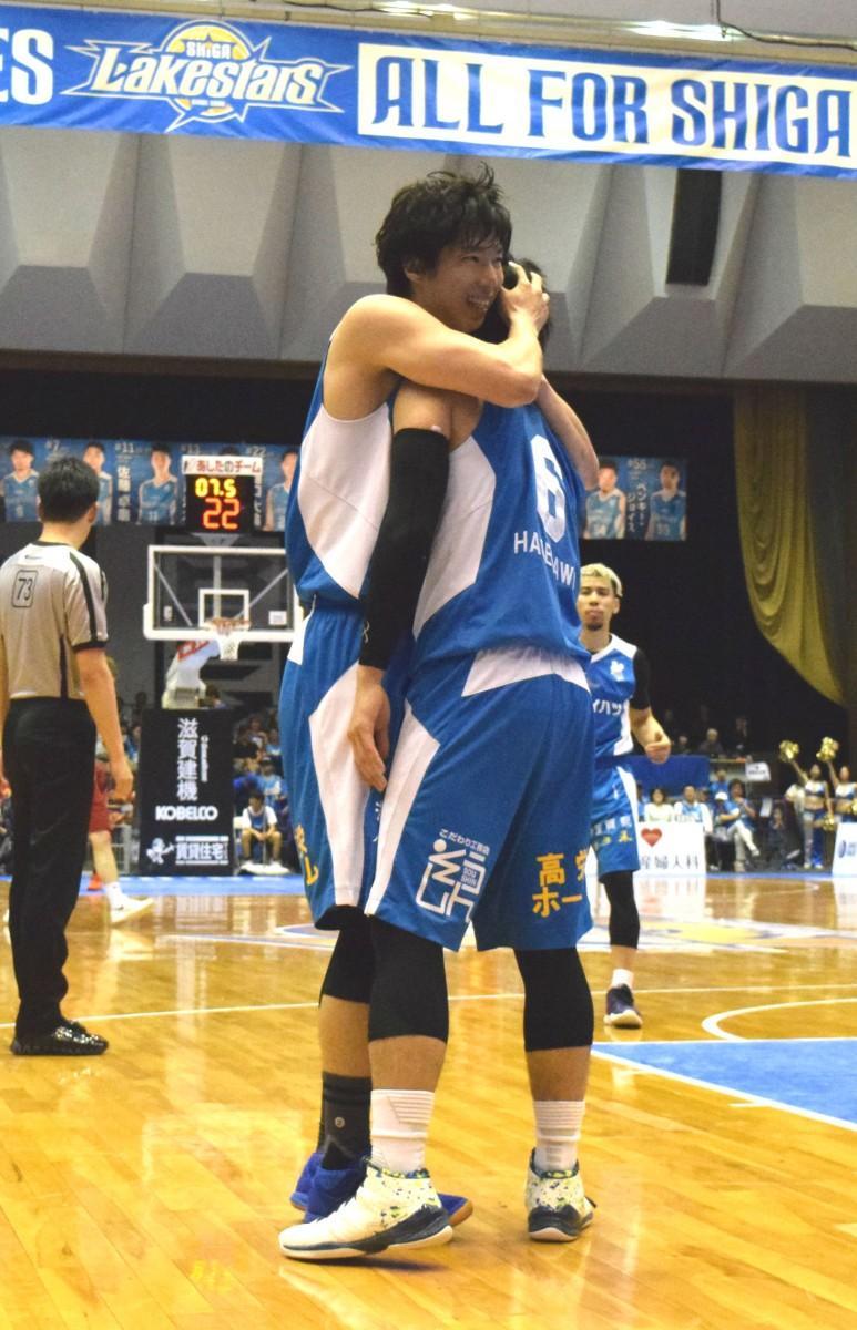 試合終盤、長谷川選手がフリースローを2本外した後、高橋選手がファールをもらいフリースローとなり、抱き合う2人