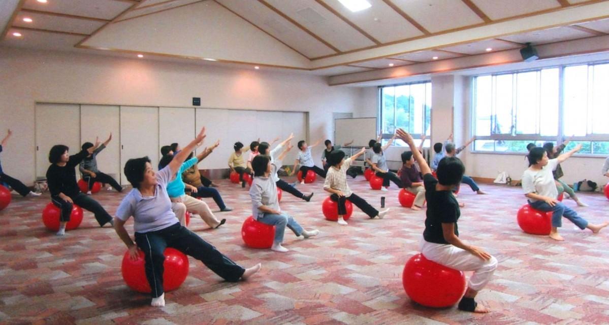 健康推進のためバランスボールをする滋賀県民