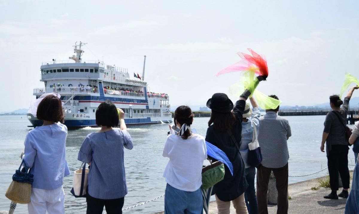 児童が乗船する「うみのこ」を見送る保護者