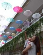 草津市の梅雨空に浮かぶ97本の傘 カラフルな傘で雨を楽しむ