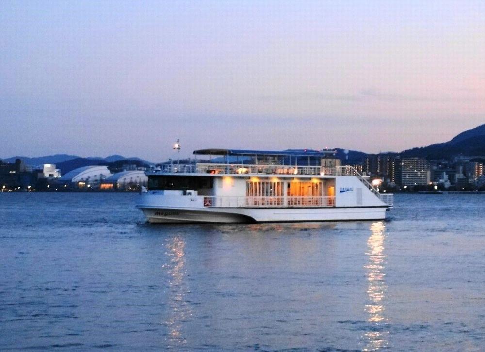 琵琶湖をクルージングする高速船「メグミ」