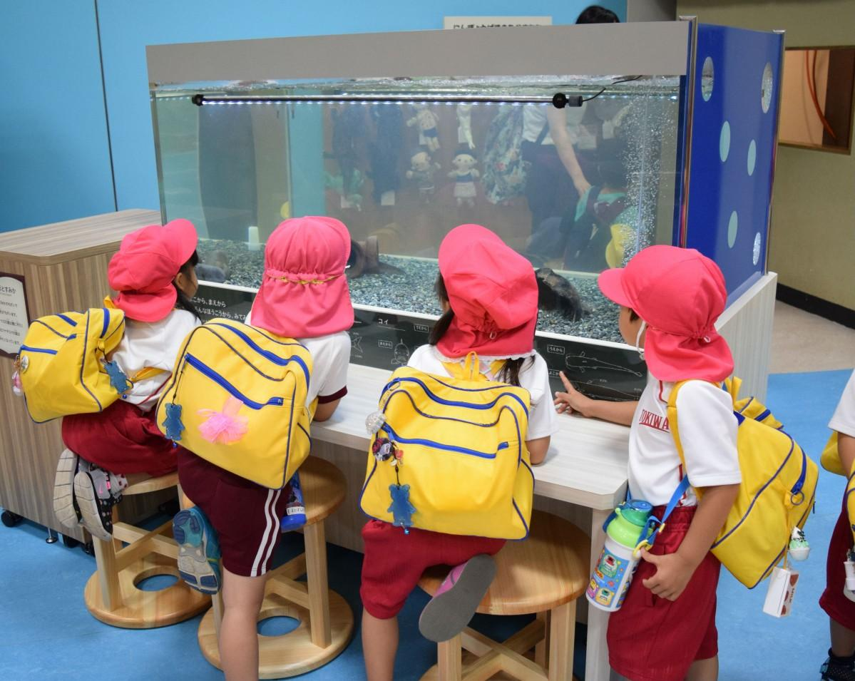 「ディスカバリールーム」で遊ぶ地元の幼稚園児