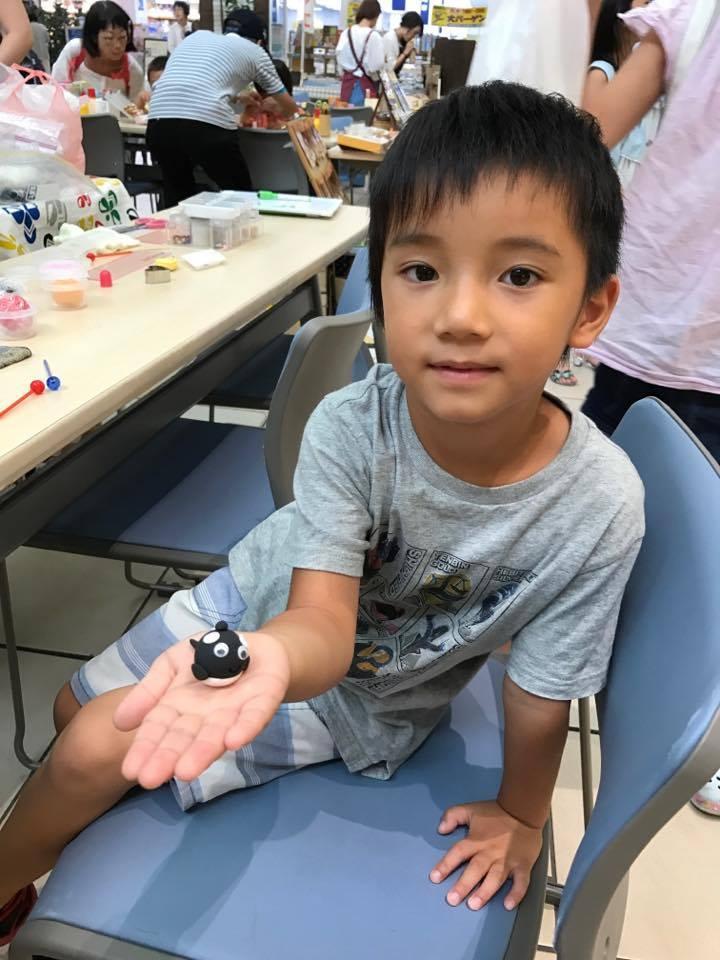 粘土工作のワークショップをする子ども(昨年の様子)