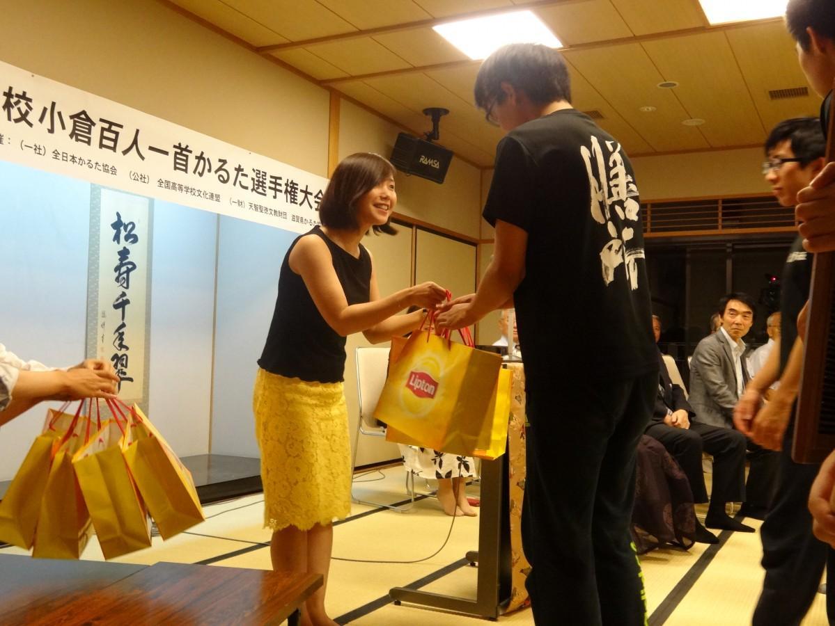 副賞の「リプトン賞」を受け取る膳所高校かるた班