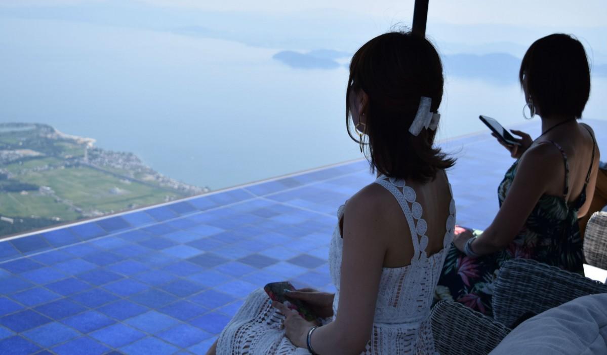 インフィニティラウンジから琵琶湖を眺める女性
