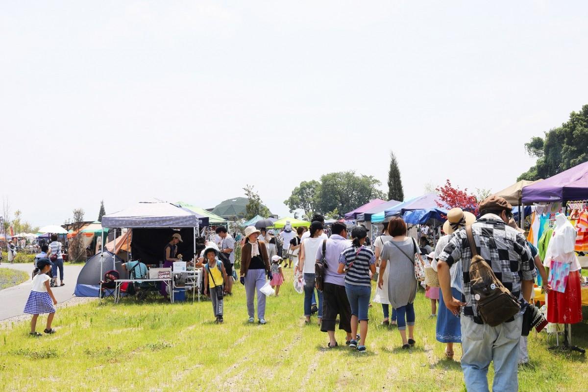 広い公園内に50以上のブースが並ぶ「びわ湖手作り市」