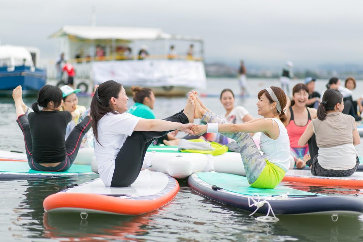 琵琶湖上でSUPヨガをする参加者(昨年の様子)