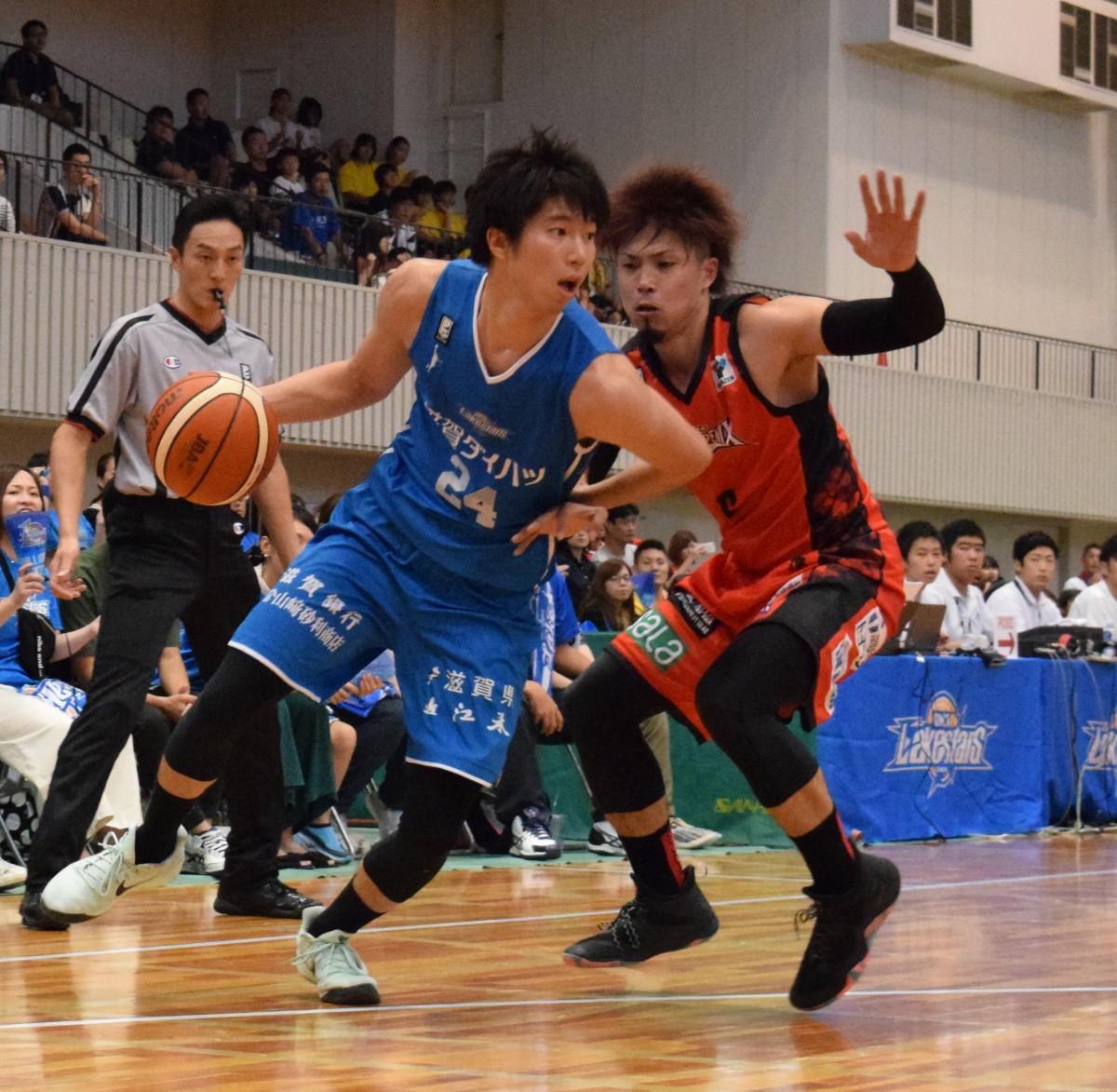 元レイクスの長谷川選手とマッチアップする高橋選手
