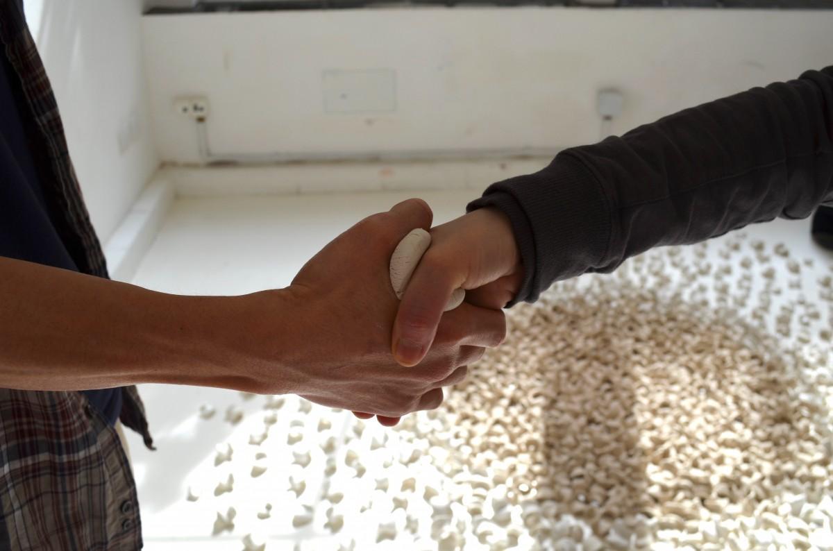 「握手の痕跡」を形に残すワークショップ「ひとてま」