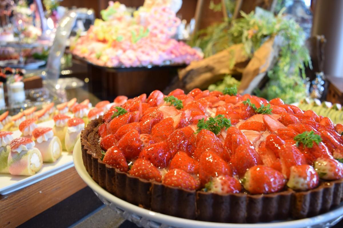 イチゴのタルト、ロールケーキなどのビュッフェ